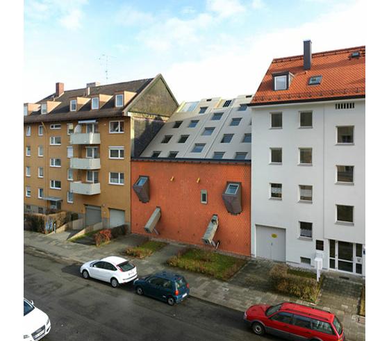 パッと見、本物。現実世界に非現実的な建物を混ぜた作品